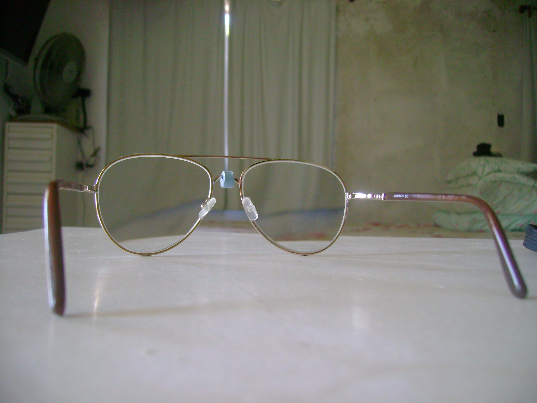 ... para óculos (acima), apóia num terceiro ponto os óculos  sobre o nariz.  É ajustável por ter um rasgo excêntrico, levíssimo e não machuca. 893084f852
